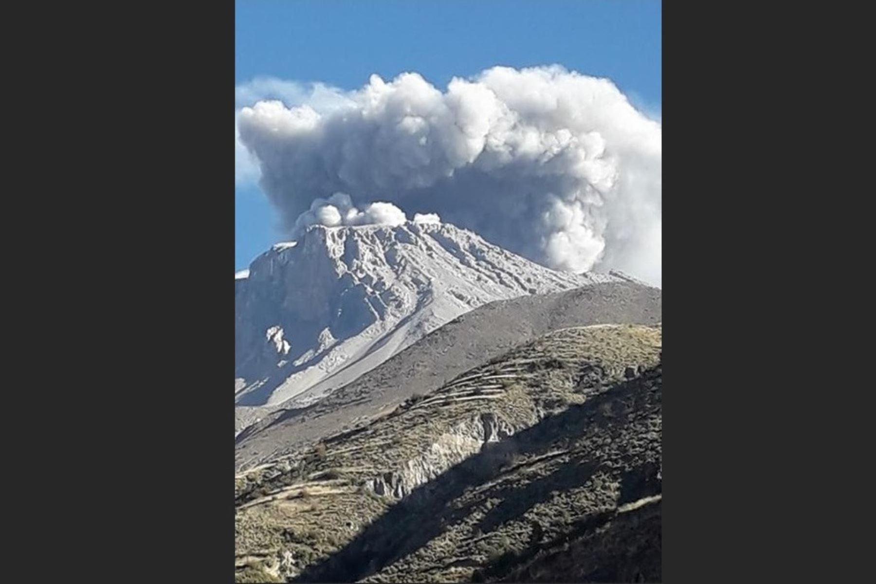 El volcán Ubinas inició un nuevo proceso eruptivo, afirma el IGP. Foto: Radioaficionados.