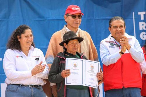 El presidente de la República, Martín Vizcarra y la ministra de Agricultura y Riego, Fabiola Muñoz, entregan títulos de propiedad rural en Pataz. Foto: Cortesía.