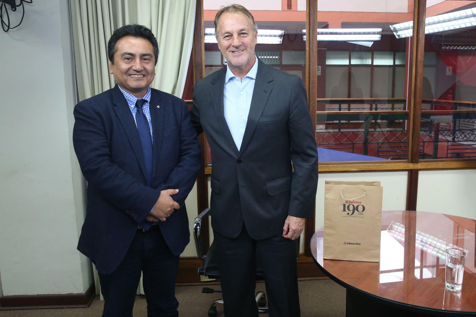 Alcalde de Lima, Jorge Muñoz es recibido por el director del Diario El Peruano, Felix Paz en las instalaciones de Editora Perú. Foto: ANDINA/Eddy Ramos