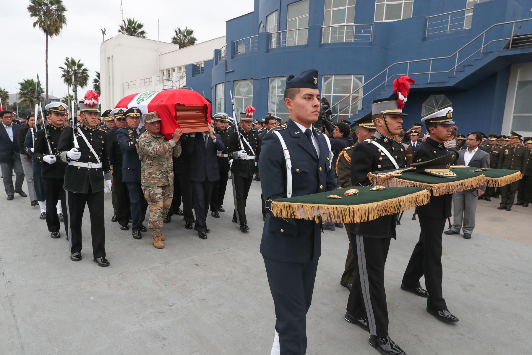 El fallecido ministro de Defensa, José Huerta, recibió honores fúnebres a su llegada a la Base Aérea de Las Palmas, en el distrito de Surco.Foto.ANDINA/MINDEF