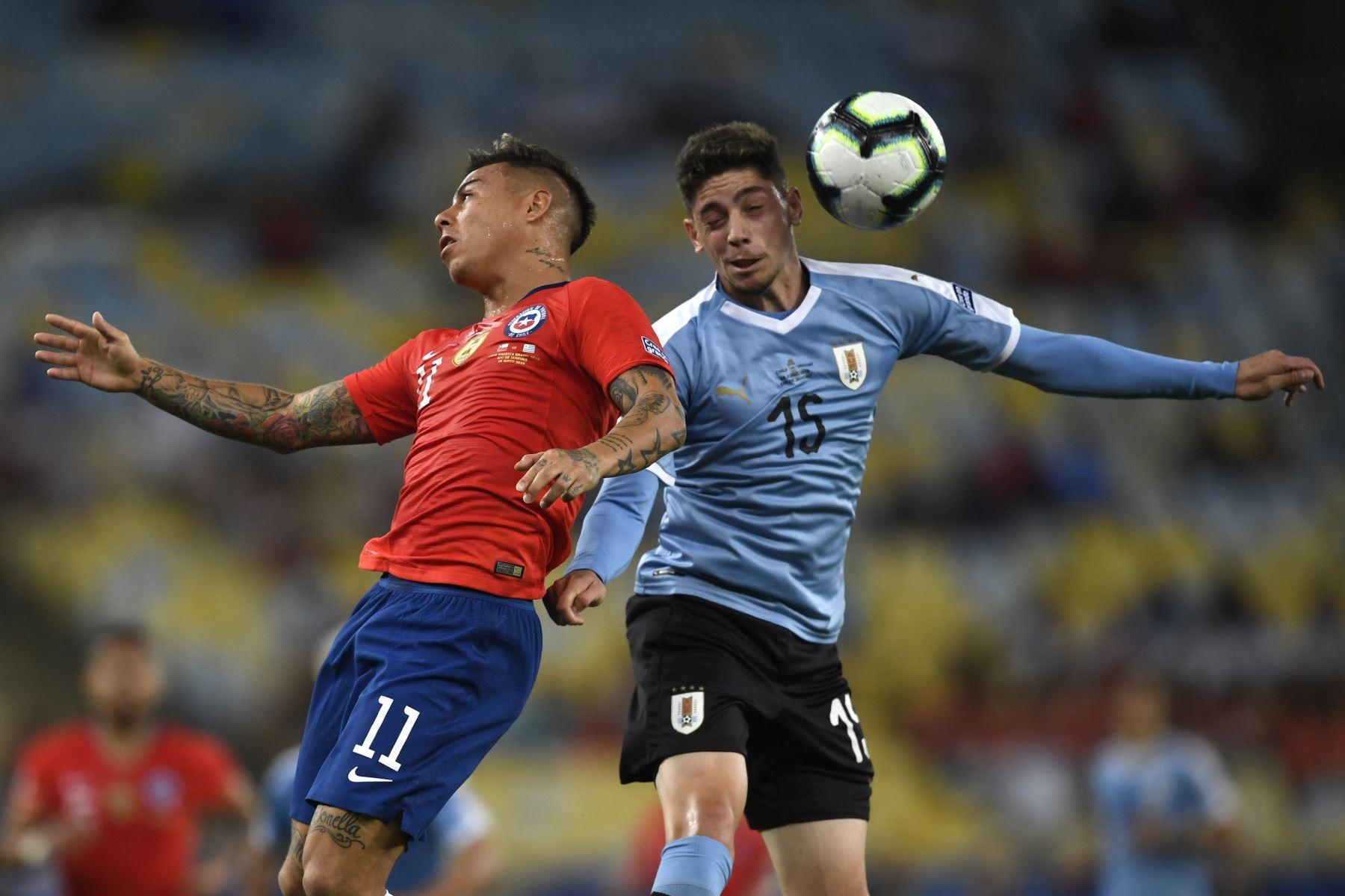 Federico Valverde, de Uruguay, compite por el balón con Eduardo Vargas de Chile durante el partido de torneo de fútbol de la Copa América en el estadio Maracana en Río de Janeiro, Brasil. Foto:AFP