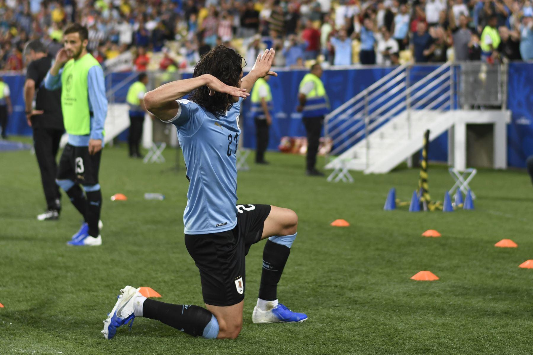 El uruguayo Edinson Cavani reconoce a la multitud después de derrotar a Chile 1-0 con su cabezazo en su partido de torneo de fútbol de la Copa América en el estadio Maracana en Río de Janeiro, Brasil.Foto:AFP