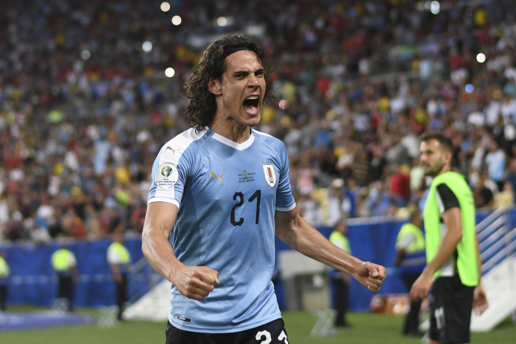 Edinson Cavani de Uruguay celebra después de anotar contra Chile durante su partido de torneo de fútbol de Copa América en el estadio Maracana en Río de Janeiro, Brasil. Foto:AFP