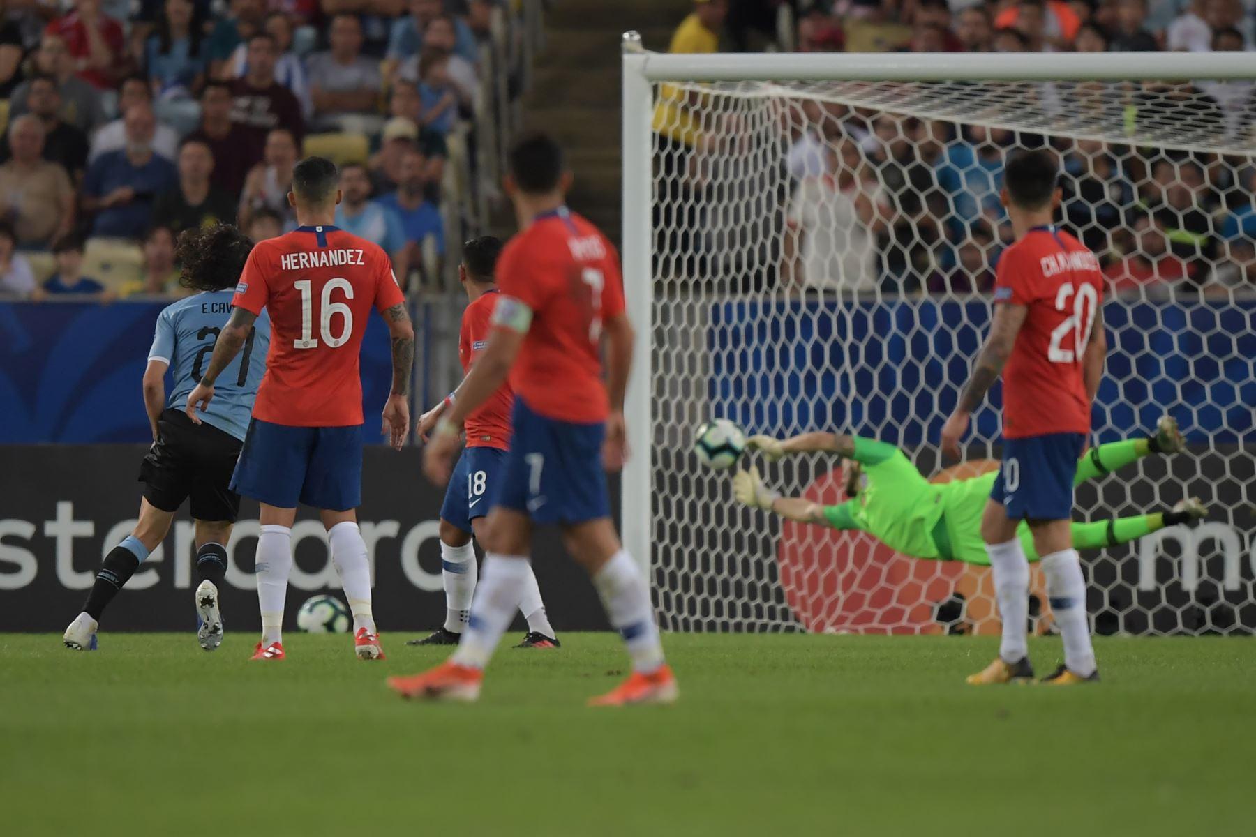 Edinson Cavani (L), de Uruguay, supera al portero de Chile Gabriel Arias durante su partido de torneo de fútbol de la Copa América en el estadio Maracana en Río de Janeiro, Brasil. Foto:AFP