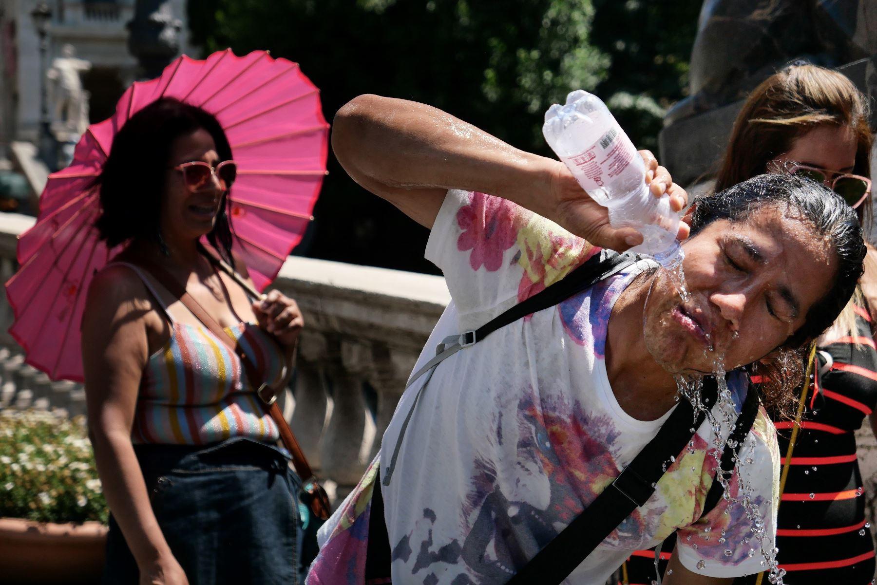 Un turista se refresca durante una inusual ola de calor a principios del verano en Roma. Foto: AFP