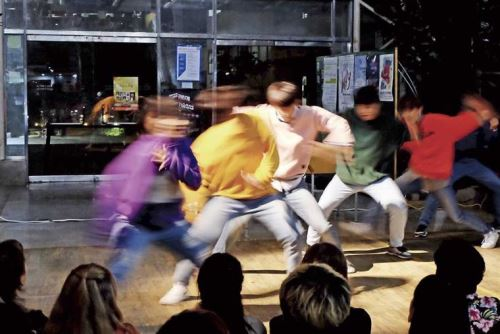 Jóvenes practicando K-Pop.