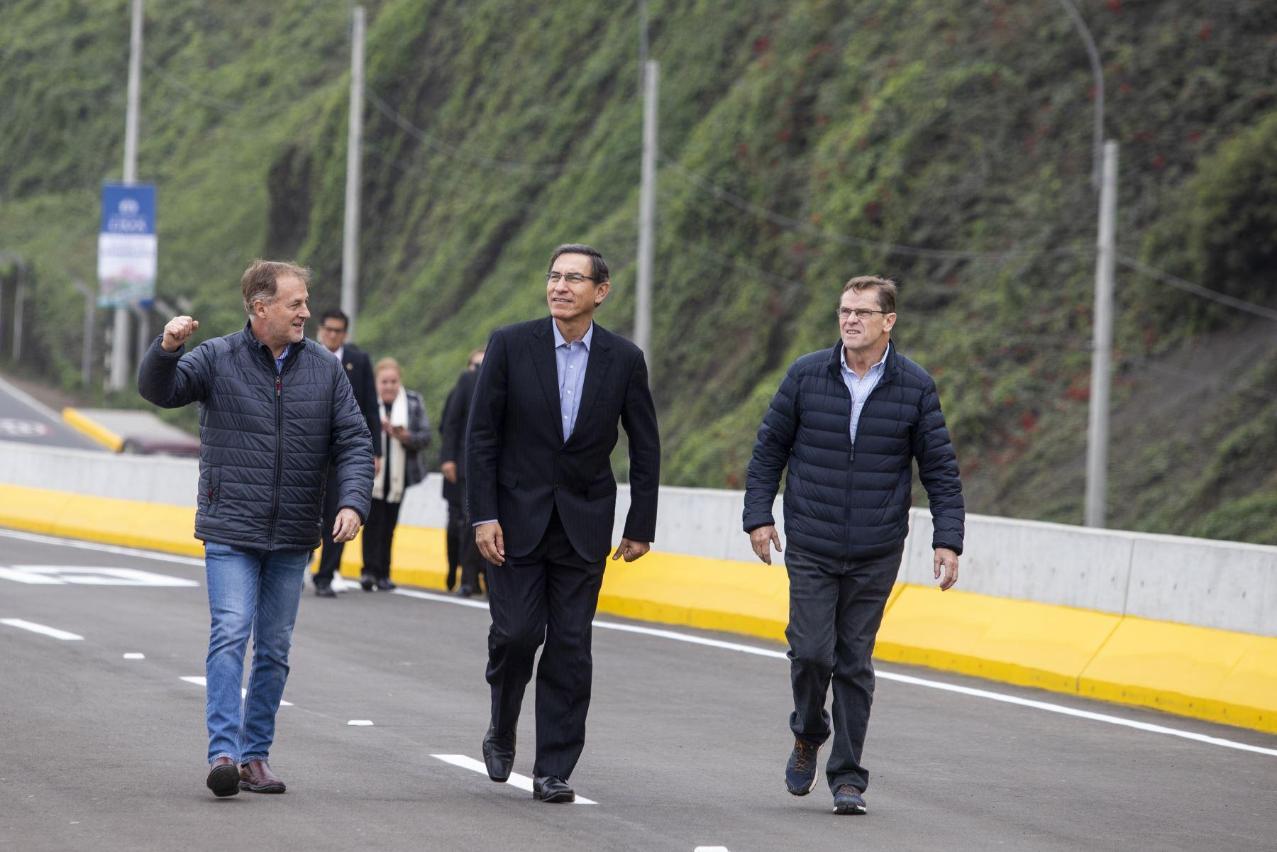 Presidente de la República, Martín Vizcarra, el alcalde de Lima, Jorge Muñoz y  Carlos Neuhaus, presidente de la Comisión Organizadora de los Juegos Panamericanos Lima 2019 participan de la inauguración del Viaducto Armendáriz.  Foto: ANDINA/Prensa Presidencia