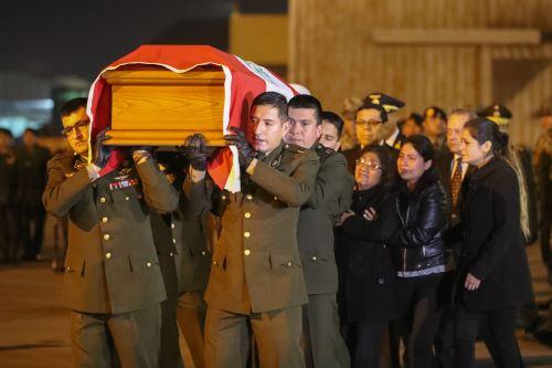 Vice ministros de Defensa recibieron con honores a subteniente abatido en el VRAEM