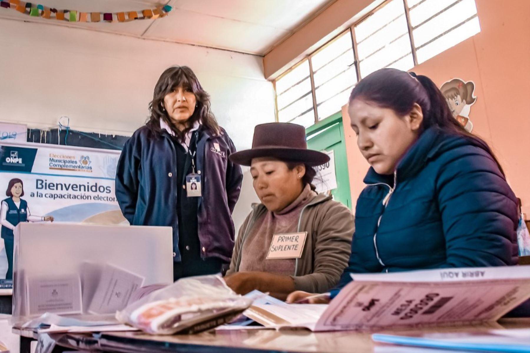 Con miras a la consulta popular de revocatoria en 13 distritos y las elecciones municipales complementarias en el distrito de Chipao (Ayacucho), la Oficina Nacional de Procesos Electorales (ONPE) desarrollará mañana domingo la primera jornada de capacitación para miembros de mesa. ANDINA/Difusión