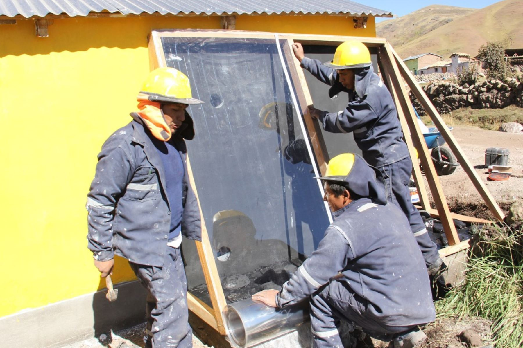 """Foncodes acelera habilitación de """"viviendas calientes"""" ante heladas en Huancavelica."""