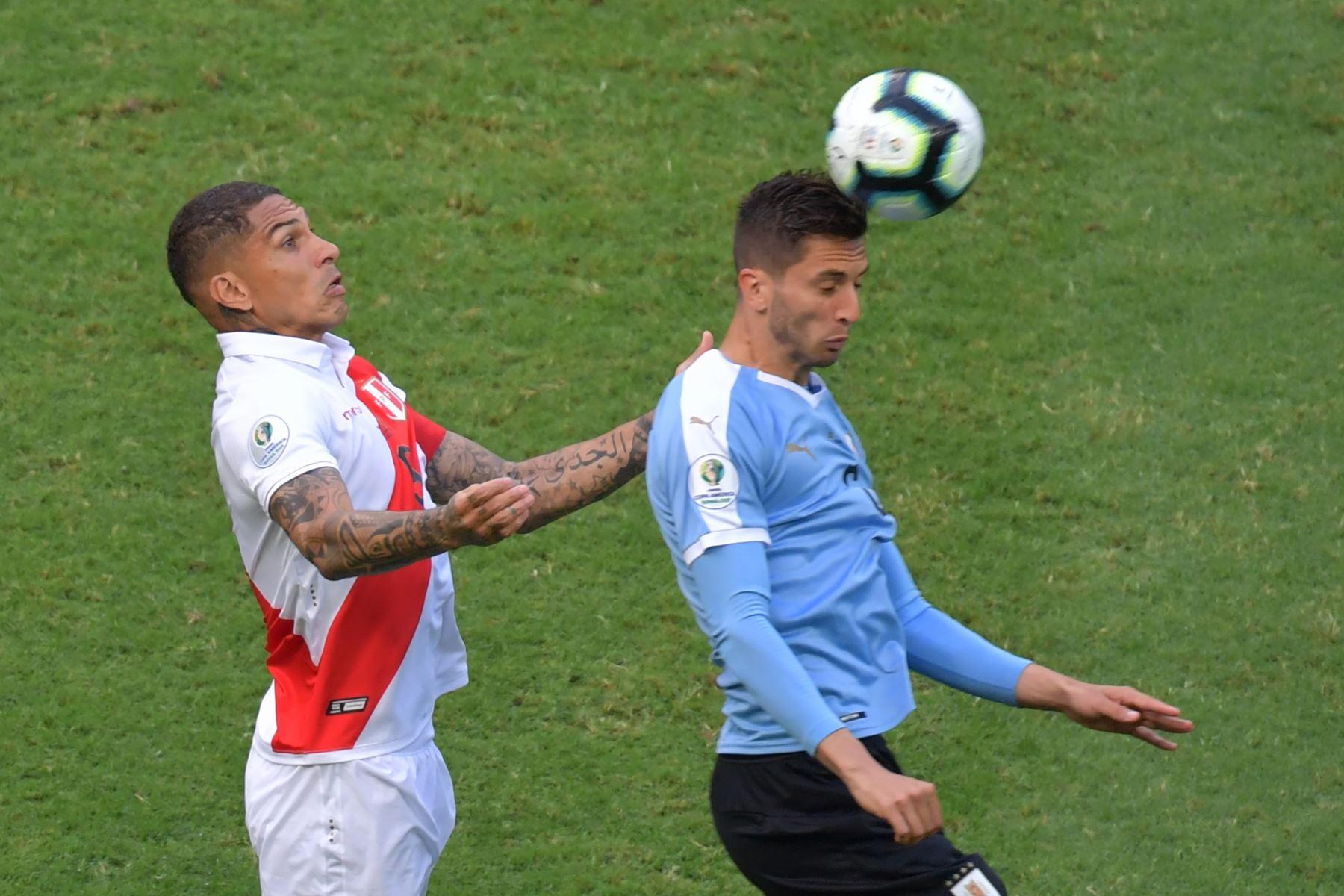 El peruano Paolo Guerrero (L) y el uruguayo Rodrigo Bentancur compiten por el balón durante su partido de los cuartos de final del torneo de fútbol de la Copa América en el Fonte Nova Arena en Salvador, Brasil. Foto: AFP