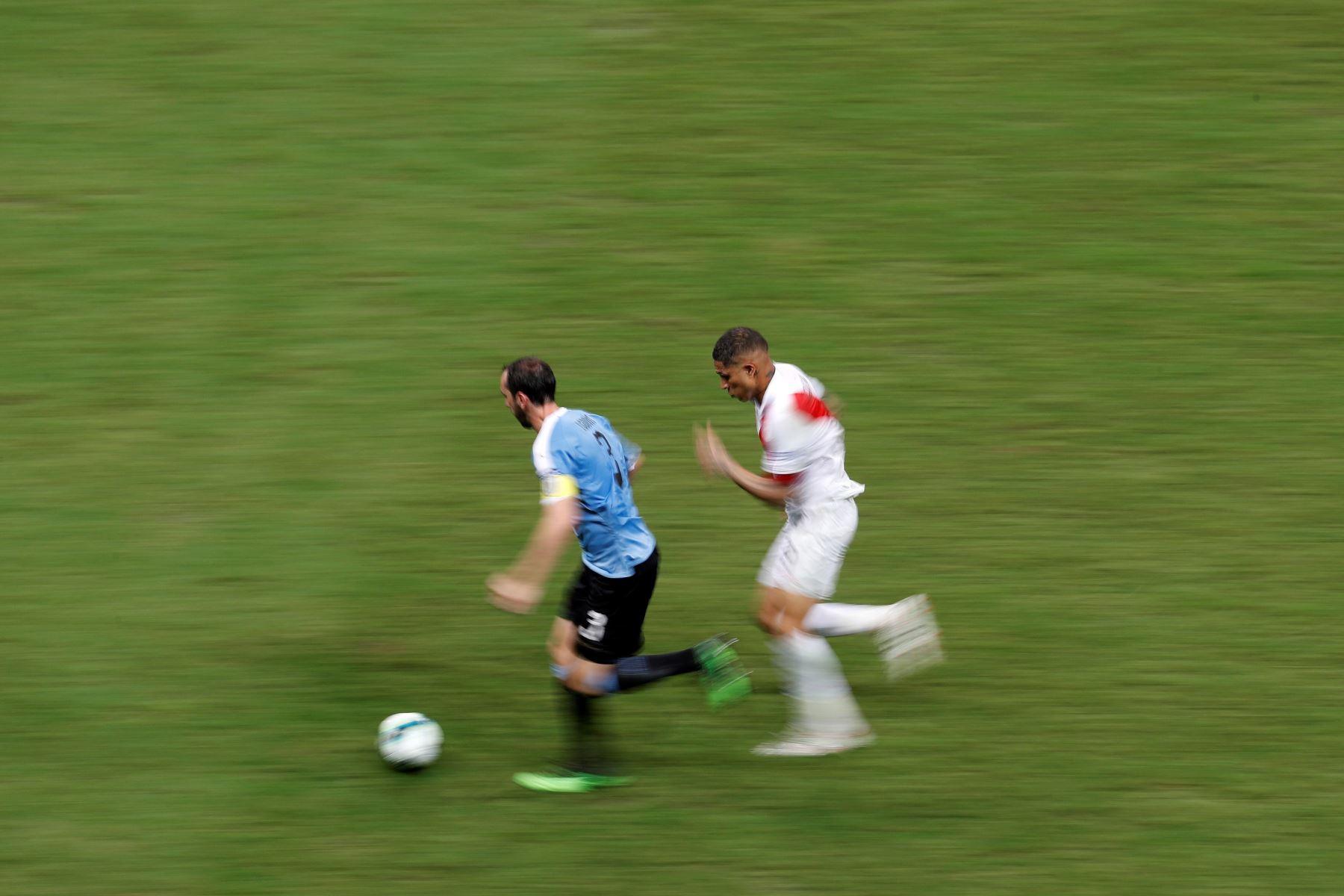 El jugador de Uruguay Diego Godín (i) disputa el balón con Paolo Guerrero de Perú, durante el partido Uruguay-Perú de cuartos de final de la Copa América de Fútbol 2019, en el Estadio Arena Fonte Nova. Foto: EFE