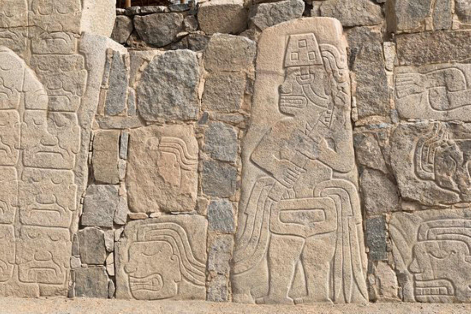 Monolitos que conforman el muro perimétrico del complejo arqueológico Sechín, en la provincia de Casma, región Áncash.