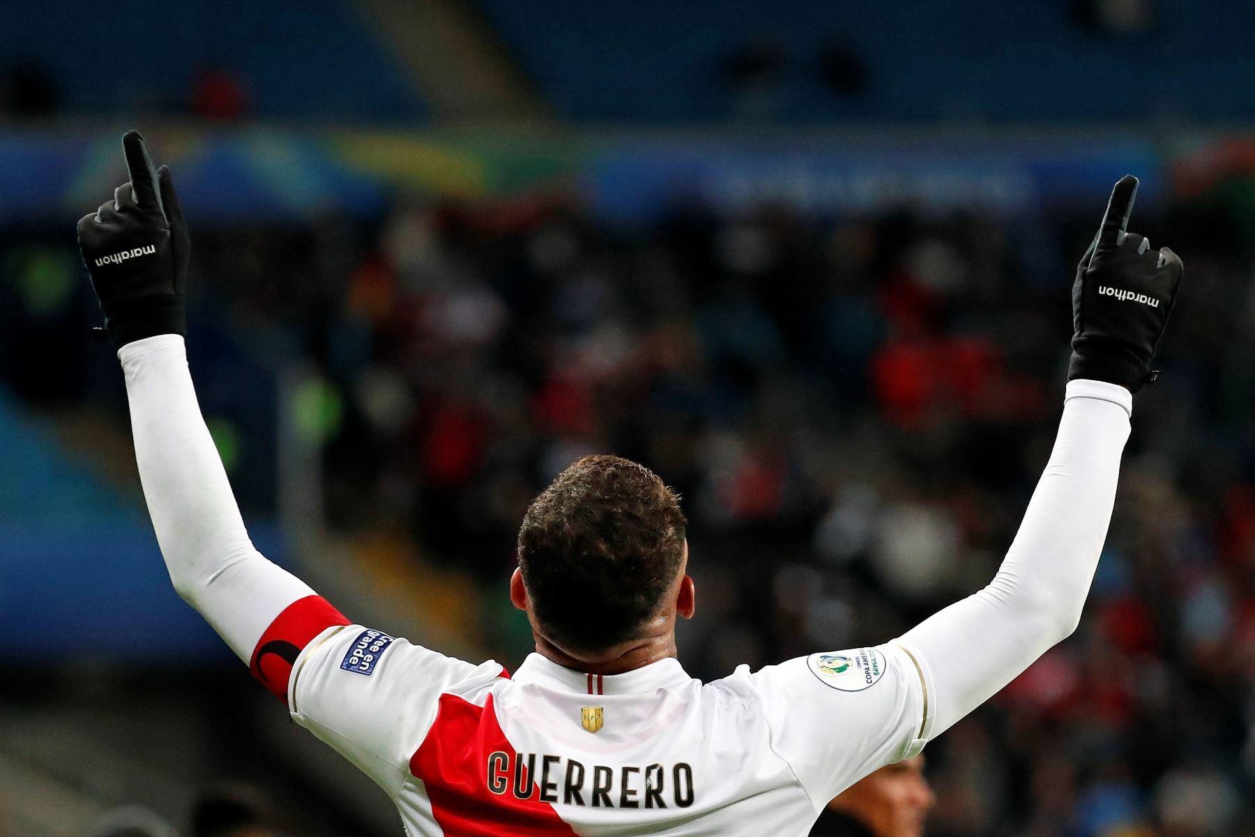 El jugador de Perú Paolo Guerrero celebra un gol durante el partido Chile-Perú de semifinales de la Copa América de Fútbol 2019. Foto: EFE