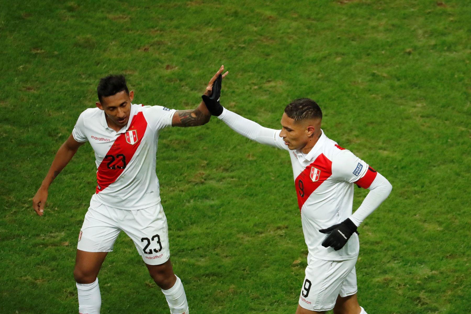 El jugador de Perú Paolo Guerrero (d) celebra un gol con Christofer Gonzales durante el partido Chile-Perú de semifinales de la Copa América de Fútbol 2019. Foto: EFE