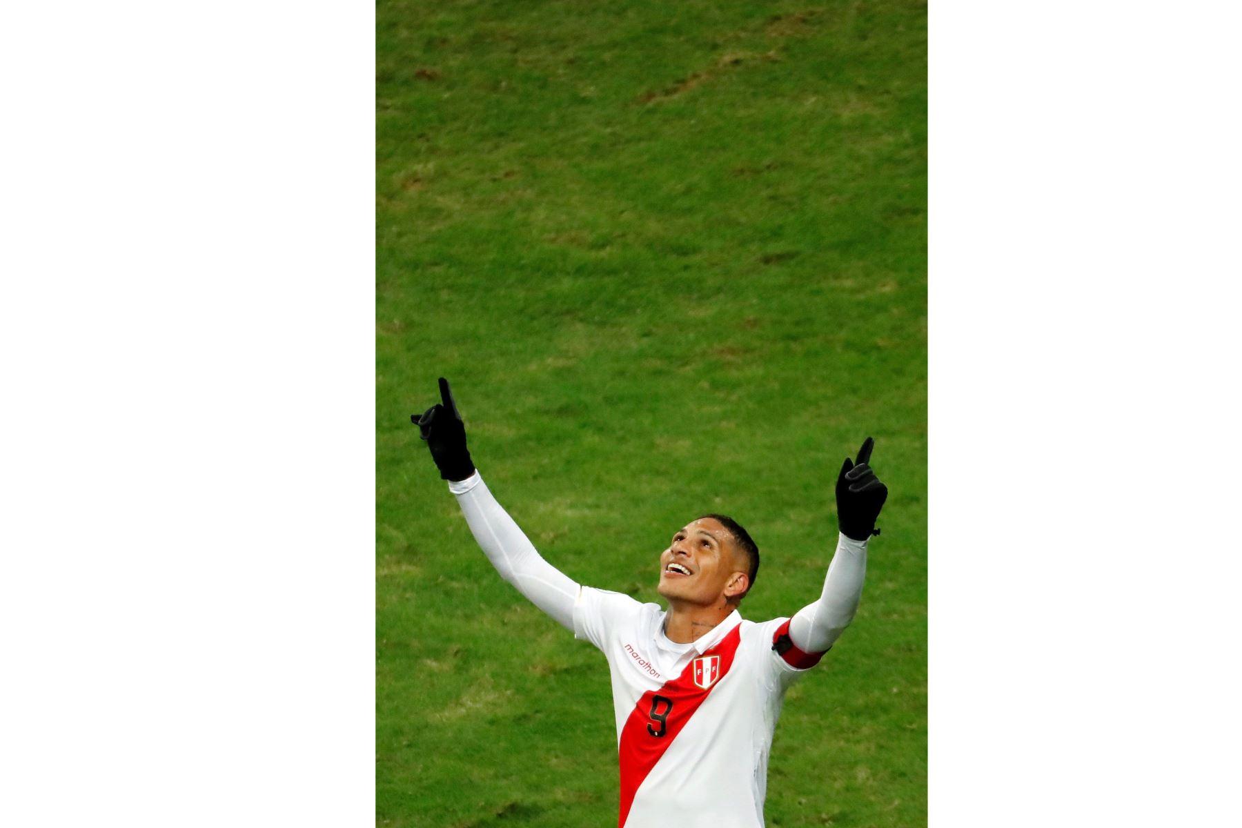 El jugador de Perú Paolo Guerrero celebra un gol, durante el partido Chile-Perú de semifinales de la Copa América de Fútbol 2019. Foto: EFE