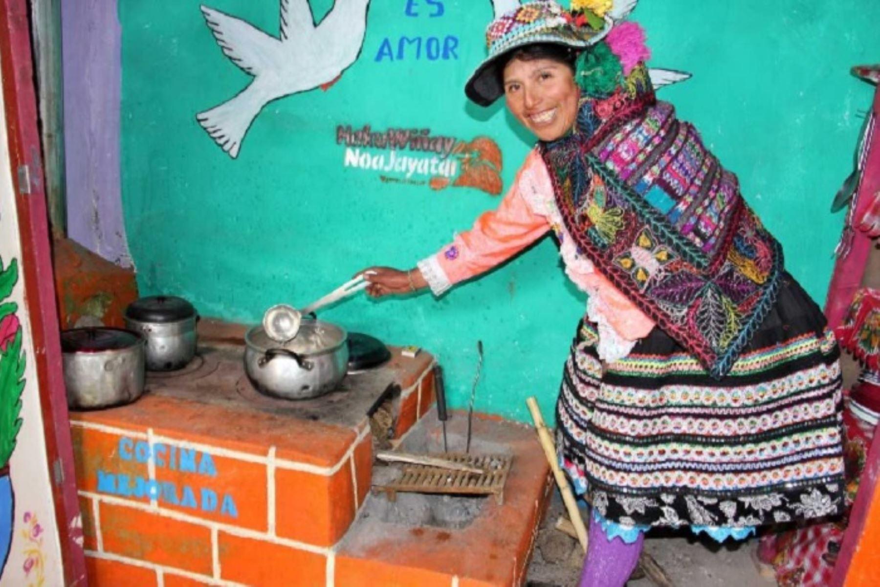 El Ministerio de Desarrollo e Inclusión Social – Midis, a través de Foncodes, instaló 167,974 cocinas mejoradas a leña en las viviendas de las familias usuarias del proyecto Haku Wiñay/Noa Jayatai en comunidades rurales de la Sierra y Selva, como una forma de contribuir a mejorar la salud de las familias y mitigar el cambio climático.