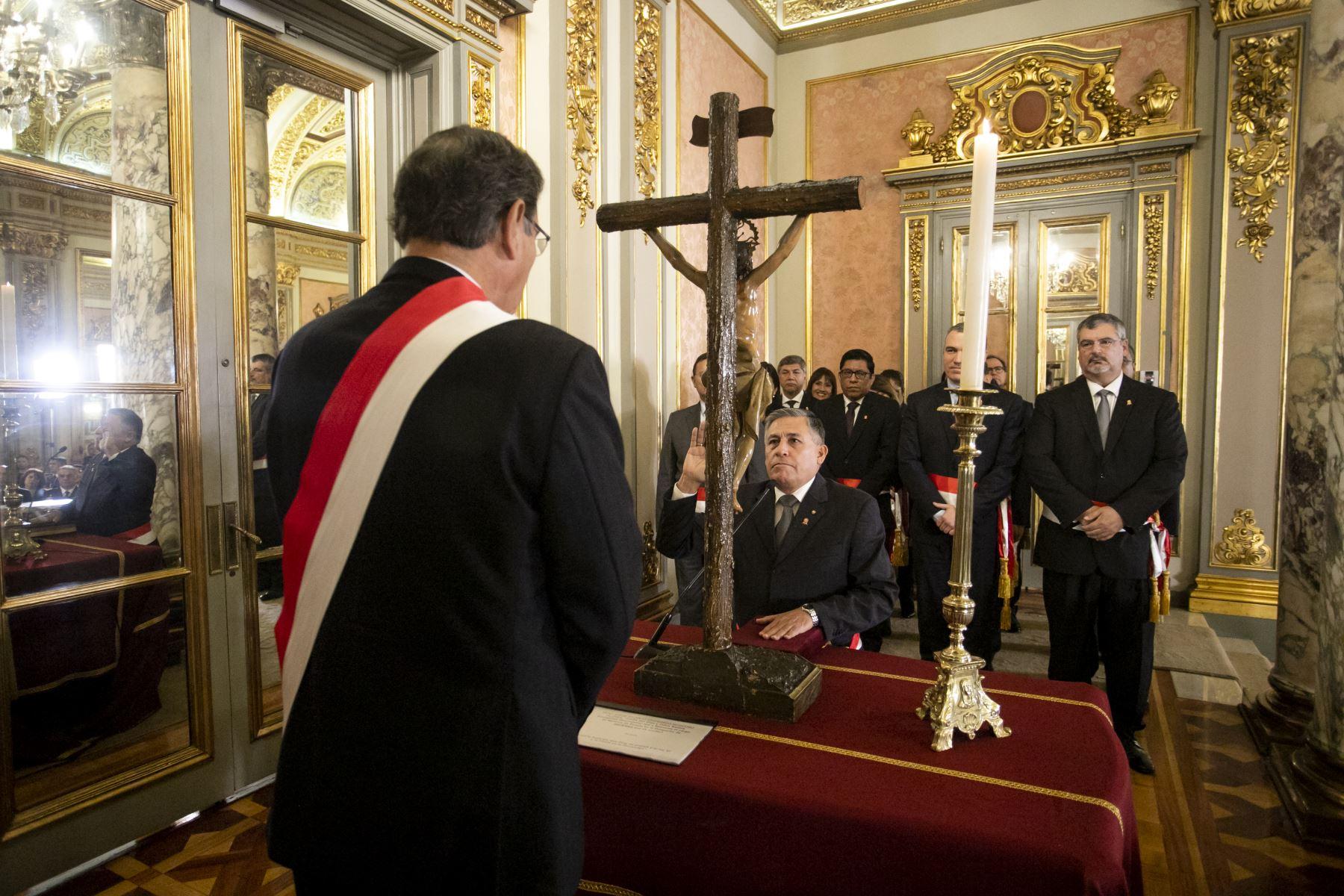 El presidente Martín Vizcarra tomó hoy juramento al vicealmirante en retiro Jorge Moscoso Flores como ministro de Defensa.Foto: ANDINA/Prensa Presidencia