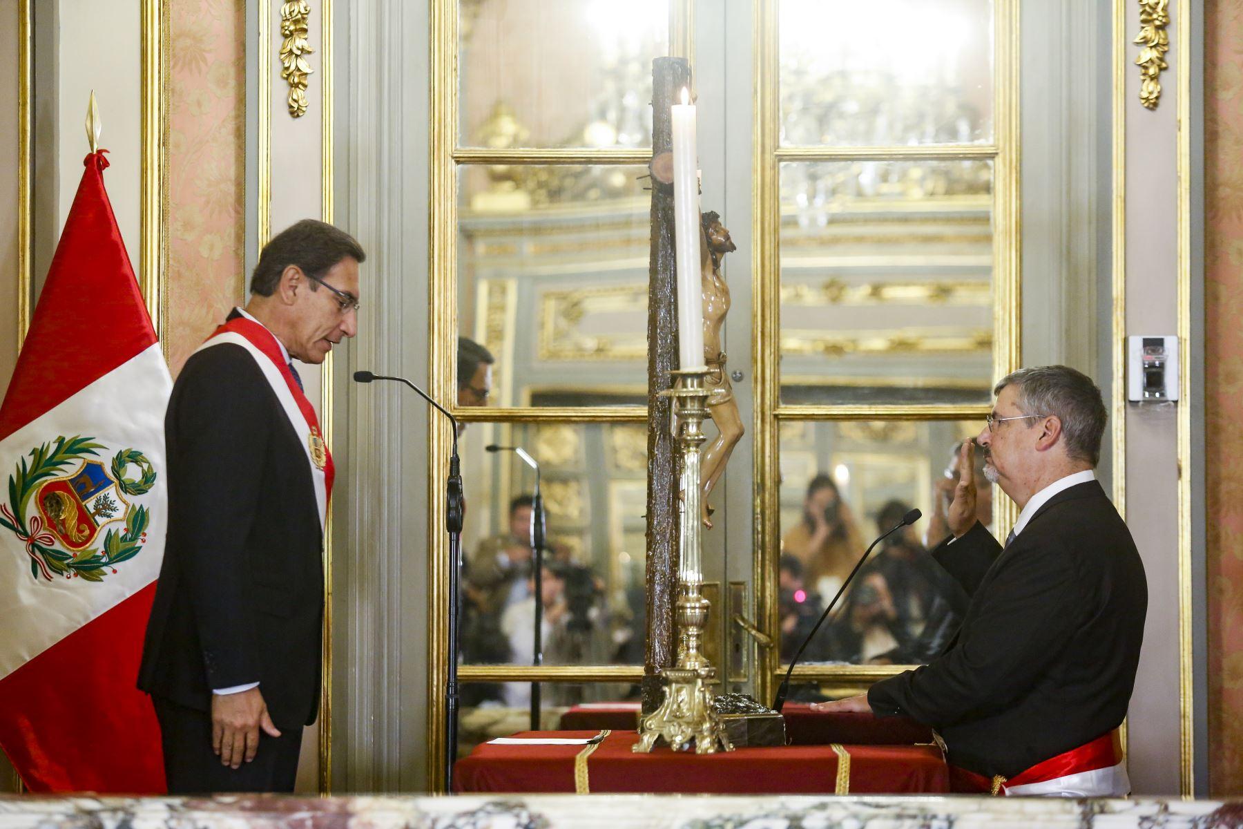 El presidente Martín Vizcarra tomó hoy juramento al arqueólogo Luis Castillo Butters como titular de la cartera de Cultura.Foto: ANDINA/Prensa Presidencia