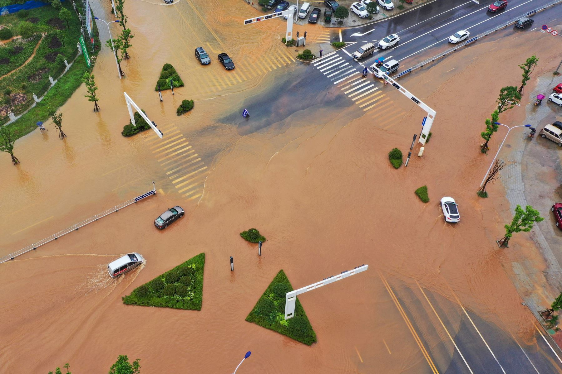 Esta fotografía aérea muestra edificios sumergidos después de fuertes lluvias causadas por inundaciones en Hengyang, en la provincia central de Hunan, China. Foto: AFP