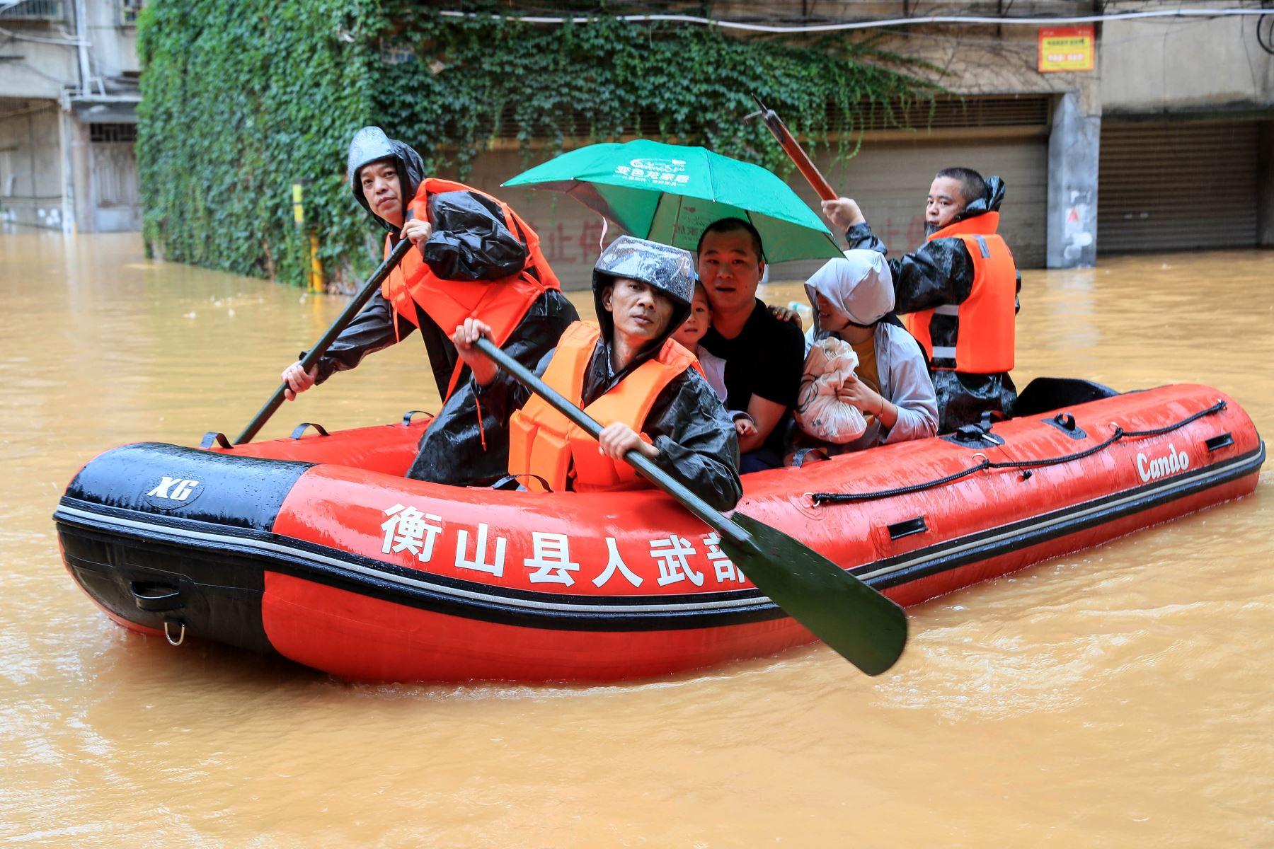 Rescatistas evacuan a las personas de un área inundada después de fuertes lluvias en Hengyang, en la provincia central de Hunan, China. Foto: AFP