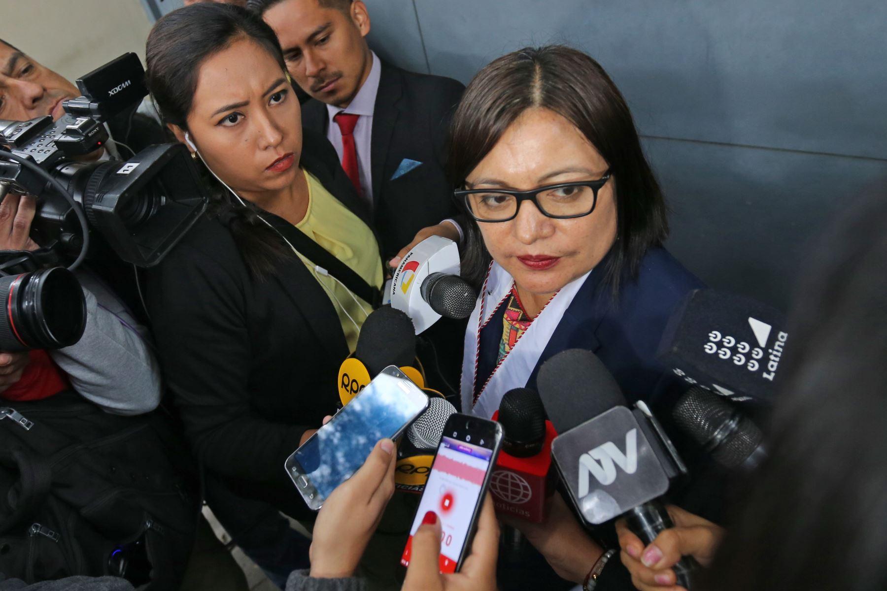 Fiscal Geovanna Mori, declara a la prensa en los exteriores de la vivienda de la exprimera Dama de la Nación, Nadine Heredia, en el distrito de Surco. Foto: ANDINA/Norman Córdova