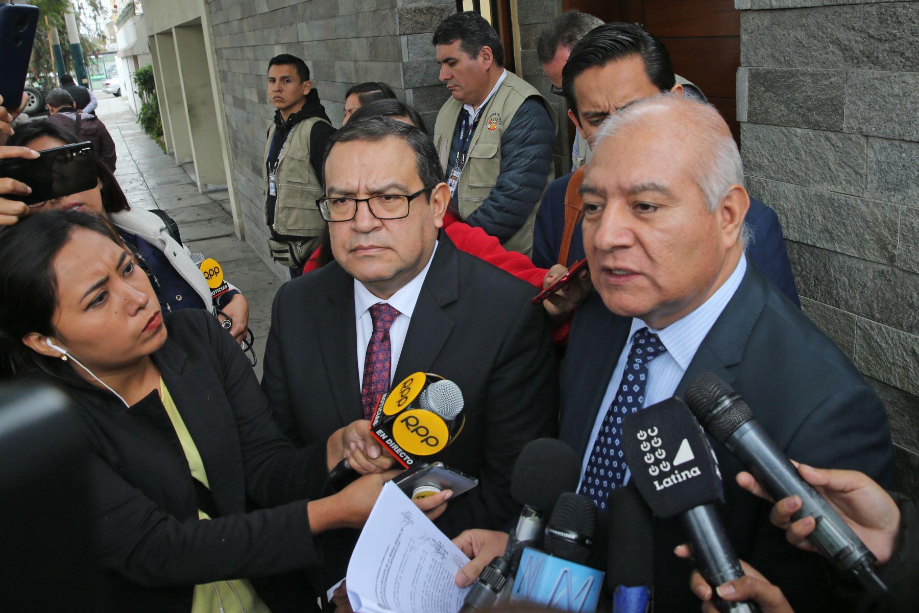 Wilfredo Pedraza y Alberto Otárola, Abogados de la familia Humala, declaran a la prensa en los exteriores de la vivienda de la exprimera dama Nadine Heredia. Foto: Andina/ Norman Córdova