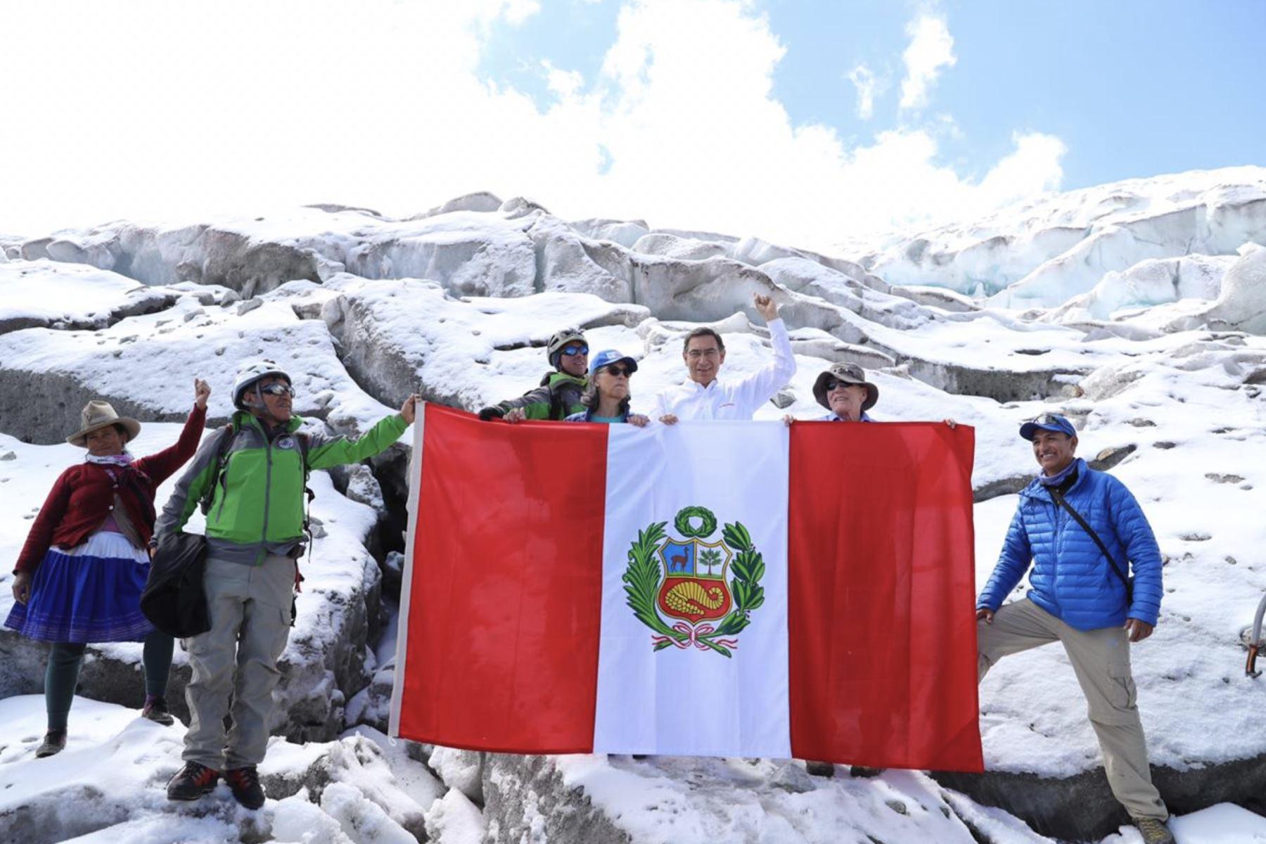 Desde el Huascarán, el presidente Martin Vizcarra, acompaña a los miembros de la expedición científica que investigarán este nevado. Foto: Presidencia