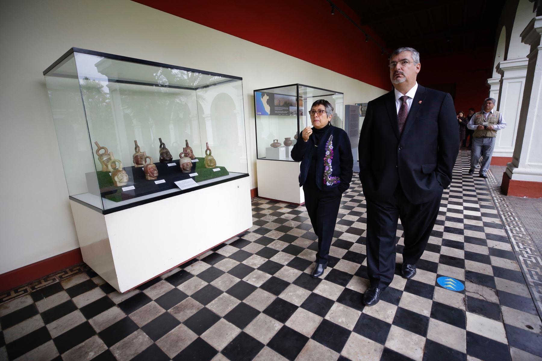 El ministro de Cultura Luis Jaime Castillo visitando el museo de Arqueología, Antropología e Historia.
