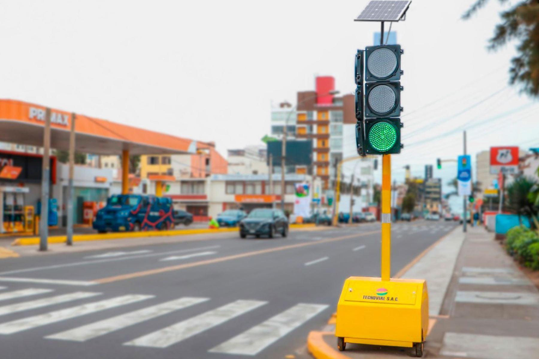 Primer semáforo solar en Lima, ubicado en San Miguel. Foto: Andina/Difusión