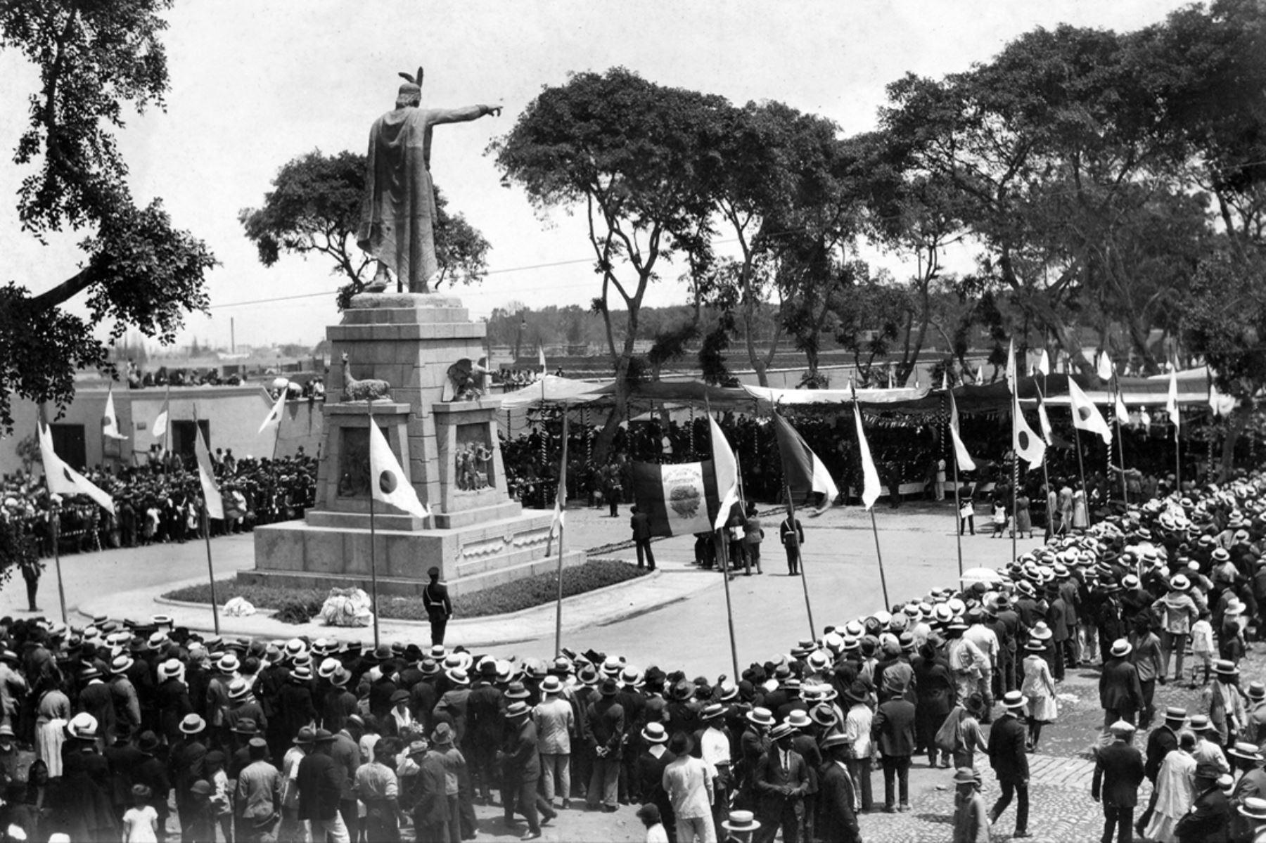 Lima - abril 1926 / Inauguración de la Plaza Manco Cápac en La Victoria. La colonia japonesa donó a la ciudad de Lima el monumento en homenaje al primer inca con ocasión del centenario de la independencia del Perú.