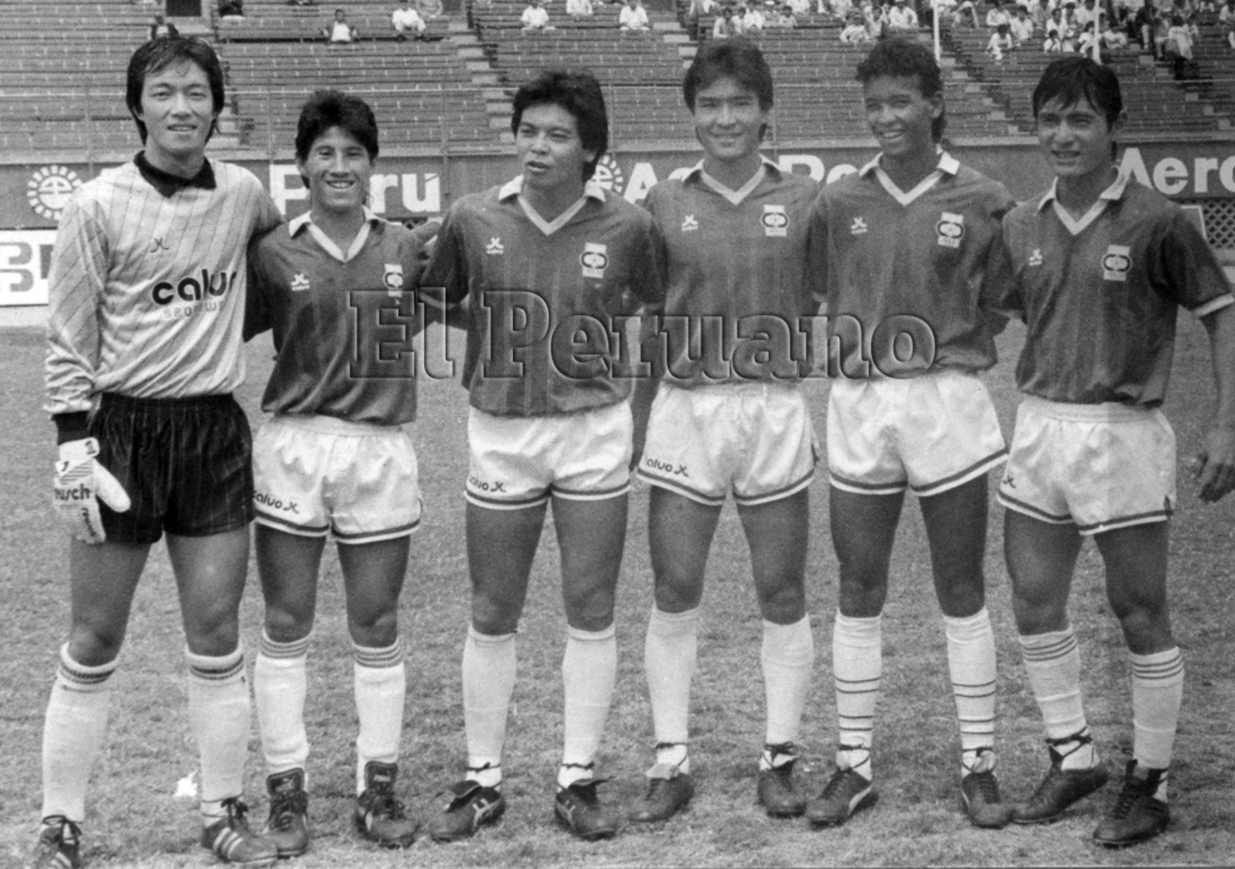 Lima - abril 1990 / Beto Akatsuka, Tito Takayama, Gabriel Kanashiro, Robert Yamamoto, Christian Kanashiro y Willy Uehara figuras del Club AELU de la primera división del fútbol peruano.