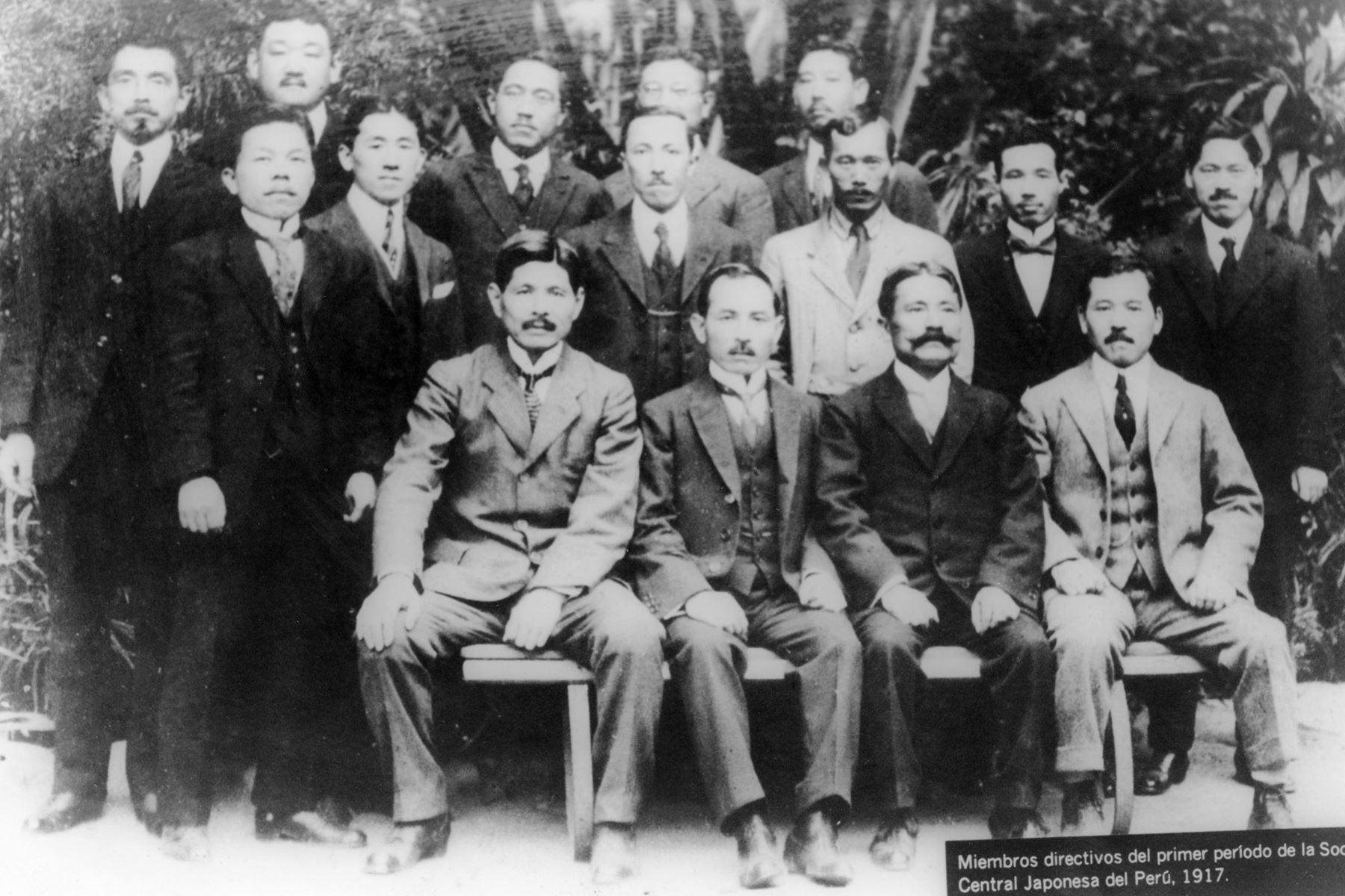 Lima - 1917 / Miembros directivos del primer periodo de la Sociedad Central Japonesa del Perú.