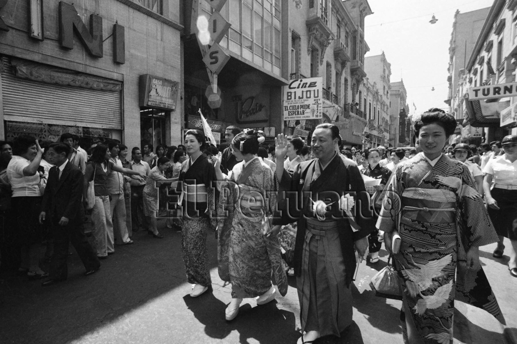 Lima - 23 abril 1979 / El atuendo típico japonés fue mostrado ayer en un desfile por las calles céntricas de Lima. Estuvo a cargo de la delegación del All Japan Kimono Consultant, que se encuentran en la capital para participar en los festejos conmemorativos del 80 aniversario de la llegada de los primeros inmigrantes japonenes al Perú.