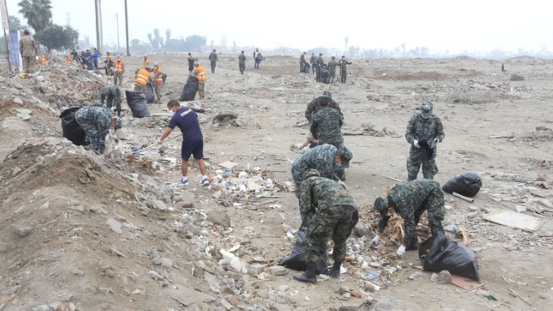 Foto: Militares limpiando necrópolis de Ancón.