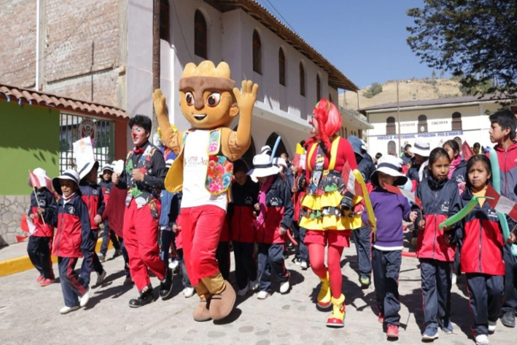 Con un mensaje de integridad y respeto, Milco, la mascota oficial de los Juegos Panamericanos Lima 2019, visitó diferentes distritos de la provincia de Huancayo, región Junín, para invitar y compartir inolvidables momentos con los niños de las diferentes instituciones educativas que participaron de este recorrido.
