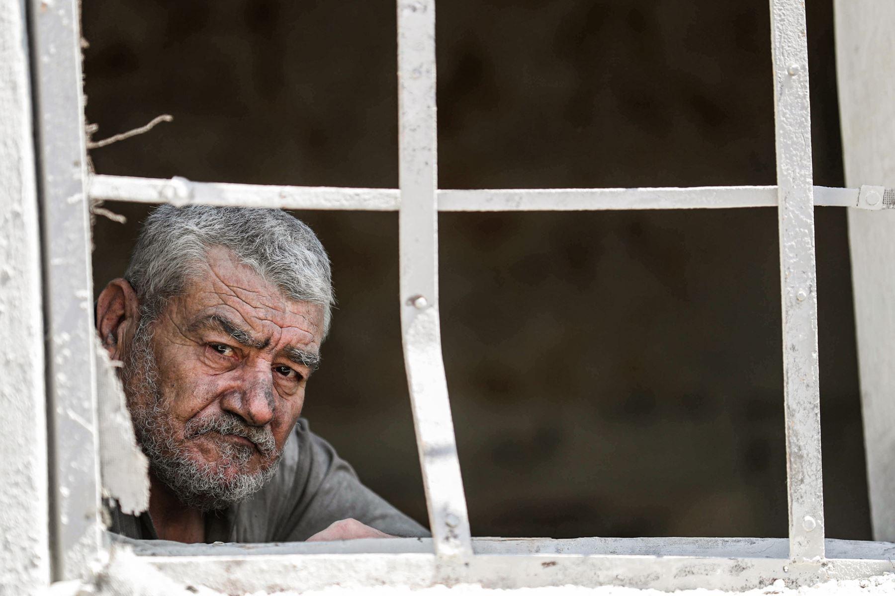 Sobrevivientes tras un ataque aéreo en la ciudad de Ariha, en el  Siria. Foto: AFP