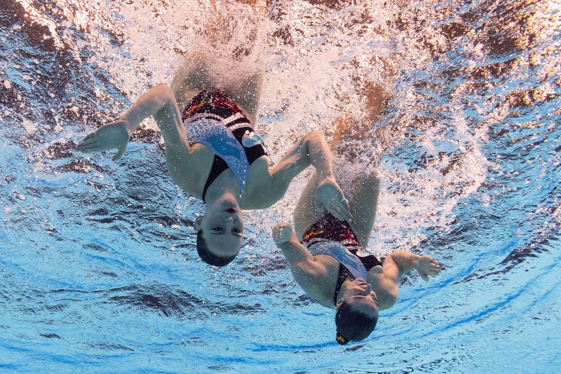 Camila Arregui y Trinidad López Brasesco de Argentina compiten en el dúo técnico artístico de natación durante el Campeonato Mundial 2019. Foto: AFP