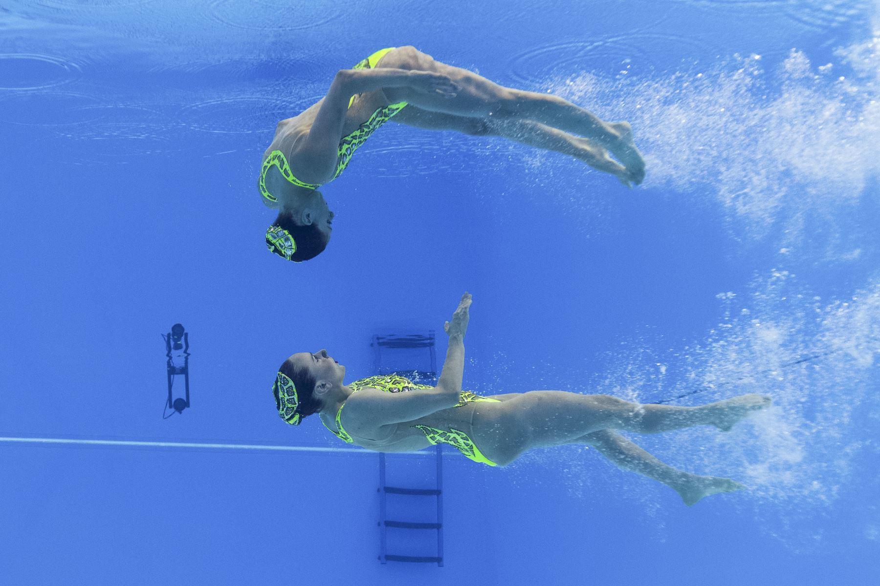 Linda Cerruti y Costanza Ferro, de Italia, compiten en el evento técnico de natación artística durante el Campeonato Mundial 2019. Foto: AFP