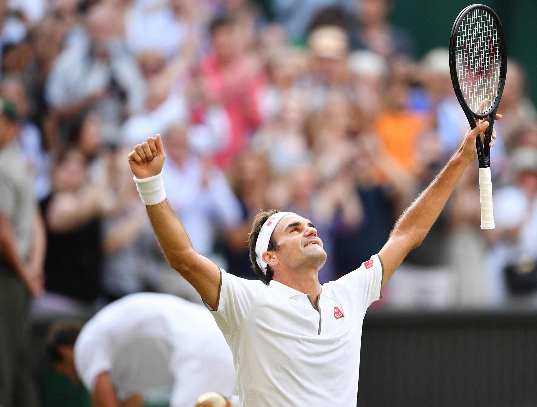 El suizo Roger Federer celebra la derrota del español Rafael Nadal durante el partido de semifinales de solteros de sus hombres el día 11 del Campeonato de Wimbledon 2019 en el All England Lawn Tennis Club en Wimbledon, suroeste de Londres.Foto: AFP