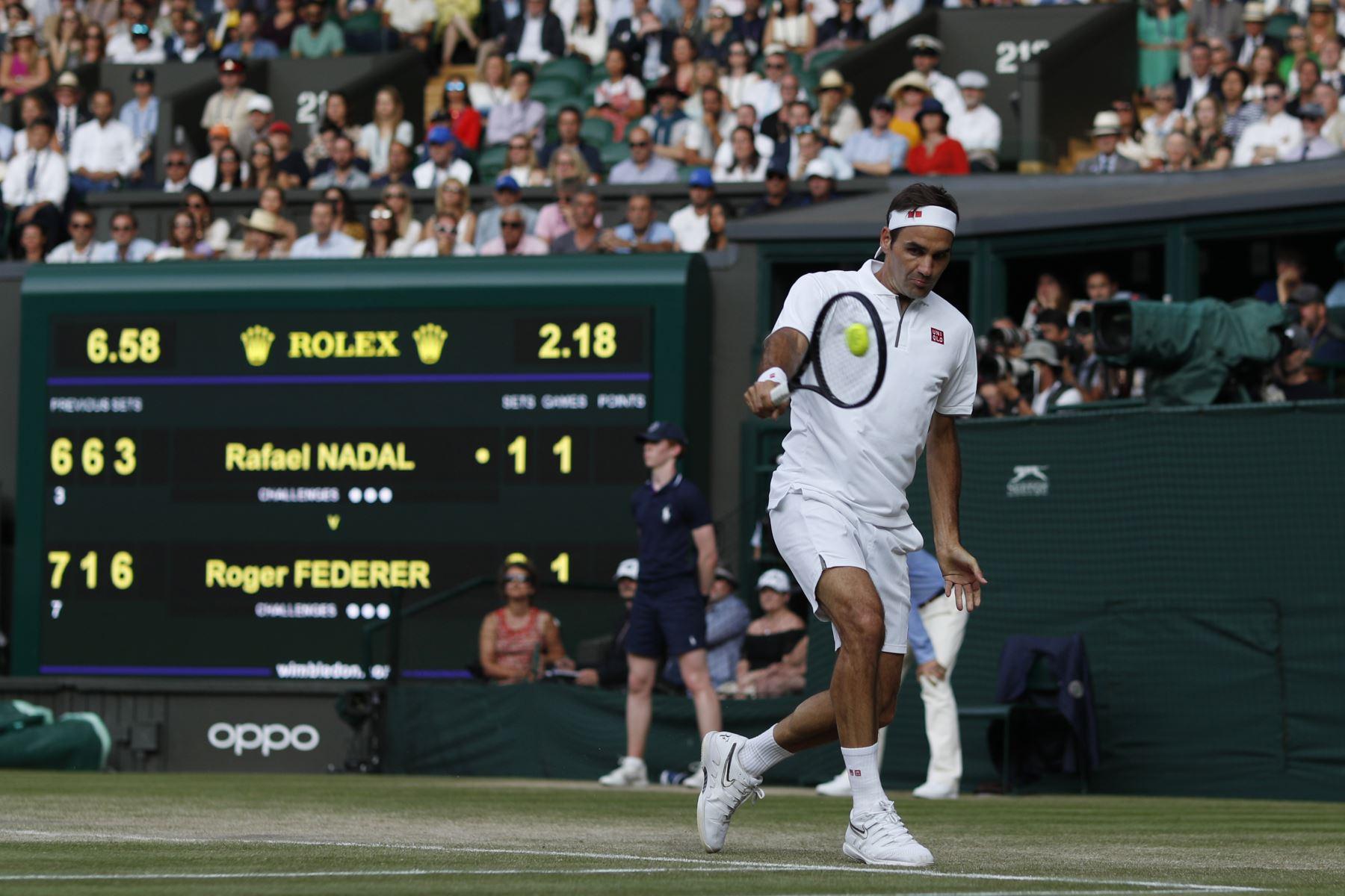El suizo Roger Federer jugará la final de Wimbledon ante el serbio Novak Djokovic, luego de derrotar al español Rafael Nadal por 7-6 (3), 1-6, 6-3 y 6-4. Foto: AFP