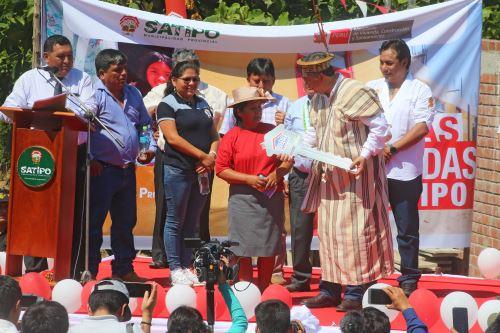 Ministro de vivienda Miguel Estrada, entrega 62 viviendas a familias de bajos recursos en el VRAEM