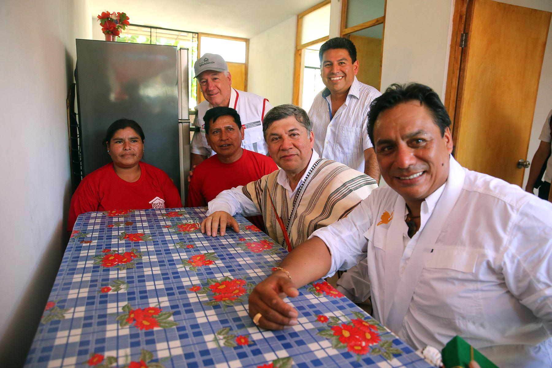 El ministro de vivienda Miguel Estrada, entrega 62 viviendas a familias de bajos recursos en el VRAEM. Foto: ANDINA/ Vidal Tarqui