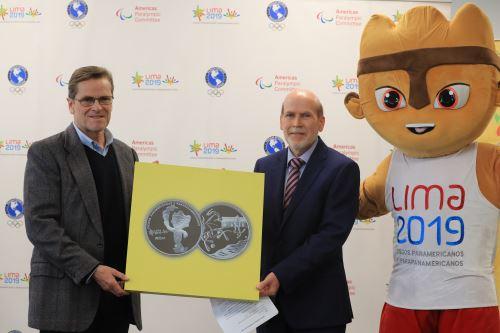El presidente del Comité Organizador de Lima 2019, Carlos Neuhaus y el Gerente de Gestión del Circulante del BCR, Javier Gutiérrez presentaron la medalla alusiva a los Juegos Panamericanos Lima 2019.