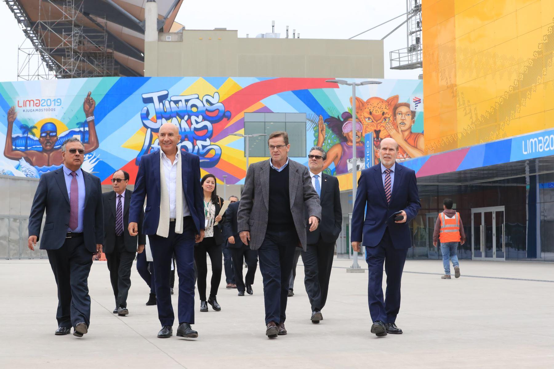 El presidente del Comité Organizador de Lima 2019, Carlos Neuhaus y el Gerente de Gestión del Circulante del BCR, Javier Gutiérrez presentaron la medalla alusiva a los Juegos Panamericanos Lima 2019.  Foto: ANDINA/Juan Carlos Guzmán Negrini.