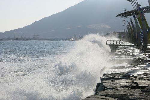 La Dirección de Hidrografía y Navegación (DHN) de la Marina de Guerra del Perú informó, a través del último aviso hidrográfico, que los oleajes de ligera a moderada intensidad que se vienen presentando en todo el litoral continuarán hasta el lunes 8 de junio. ANDINA