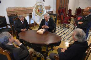 El escritor y su hijo Alvaro sostuvieron una reunión con el rector y otras autoridades de San Marcos. Foto:  Andina/UNMSM