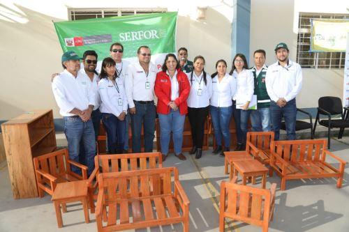 La ministra Fabiola Muñoz entregó material mobiliario educativo (sillas y estantes) a la UGEL Norte de Arequipa.