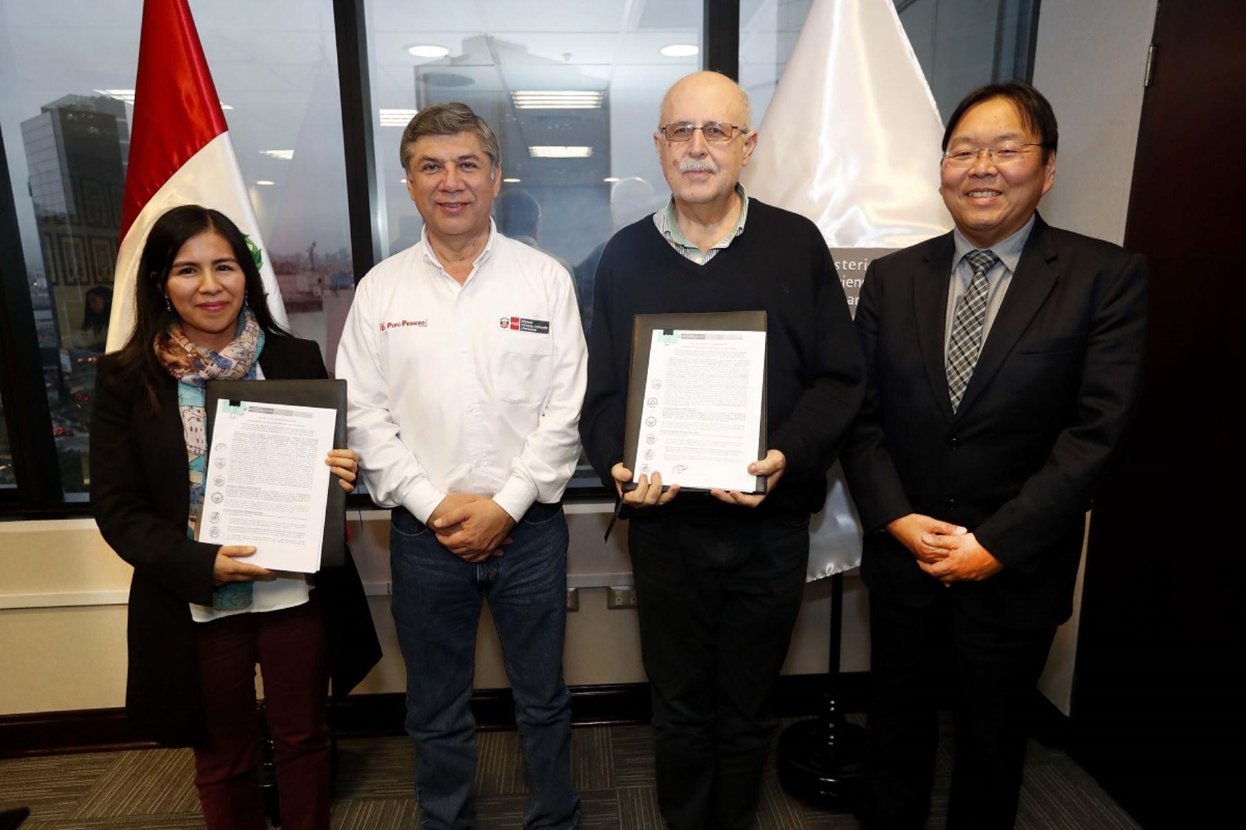 Firma del contrato de supervisión del proyecto PTAR Titicaca. Foto: Cortesía.