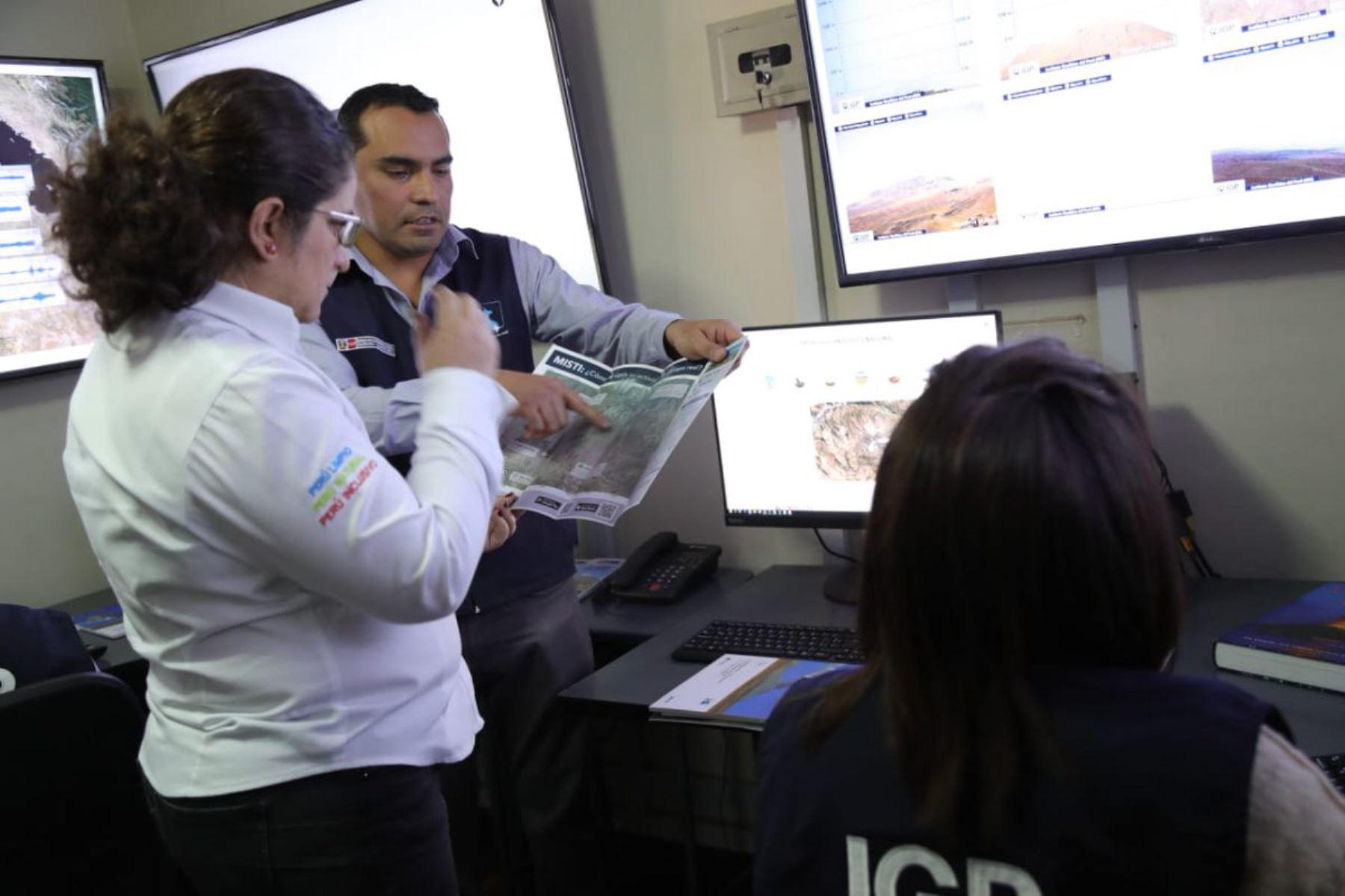 La ministra del Ambiente, Lucía Ruiz,visitó el Centro Vulcanológico Nacional a cargo del Instituto Geofísico del Perú.